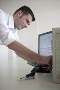 Schreibtisch und Monitor - Arbeitsplatz des Kraftwerksleiters im Zeichen der Energiewende